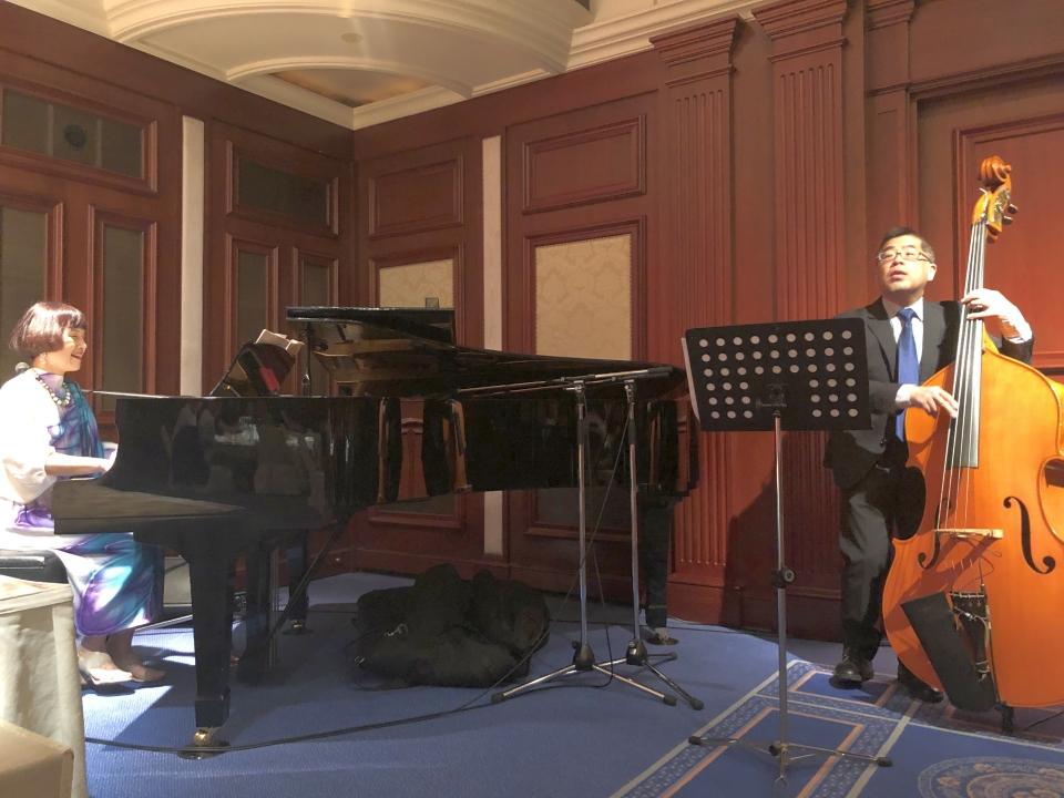 塚本美樹さん(ピアノ)、間村清さん(ベース)