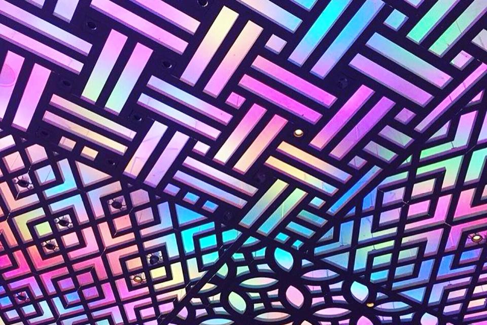 縁起文様デザインの天井の光の演出