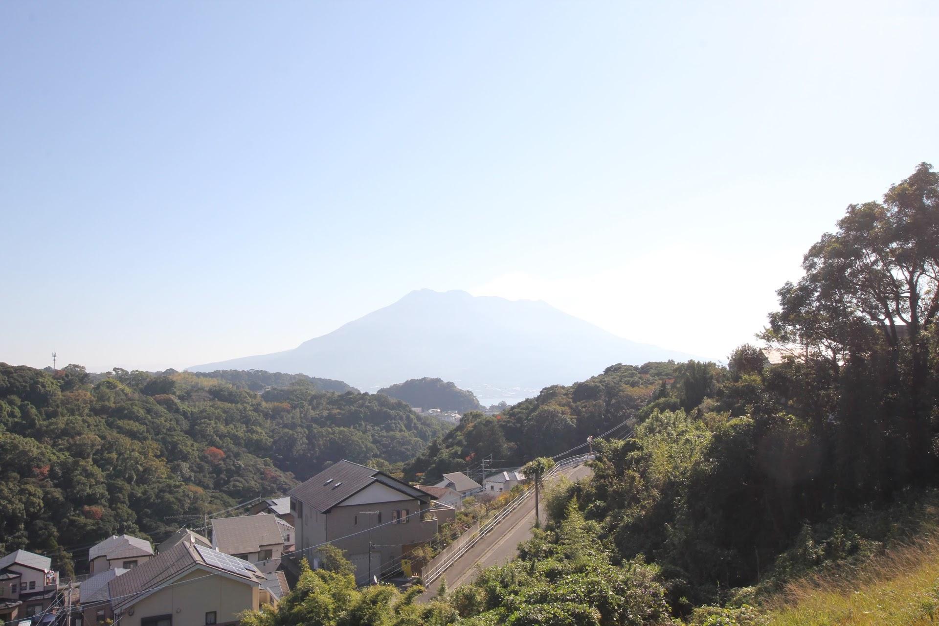 鹿児島東高等学校の正門から望む桜島